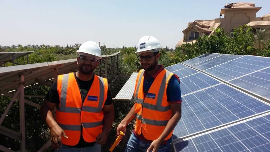 فريق عمل تركيب محطات الطاقة الشمسية